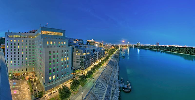 Grand Hotel River Park a nočná Bratislava