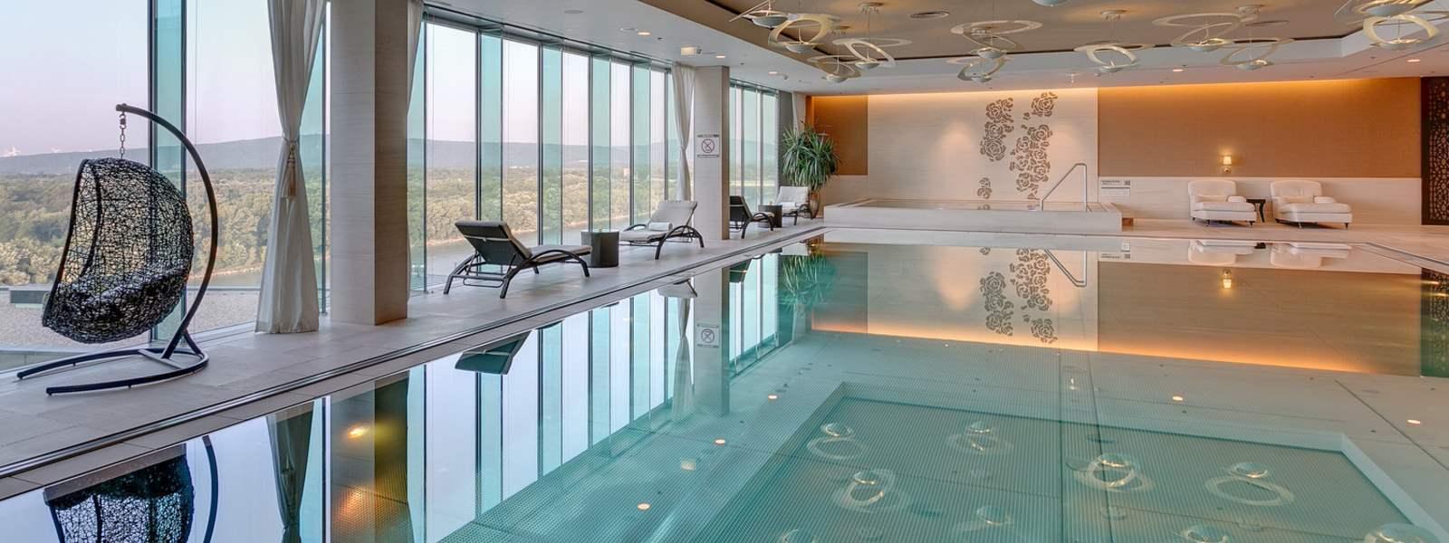 Bazén na 11. poschodí ponúka unikátny výhľad na okolitú krajinu